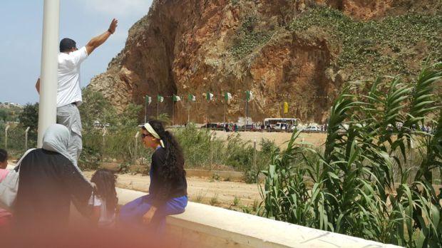 بالفيديو: الجزائر تزرع أسلاكا شائكة في حدودها مع المغرب   www.le360.ma