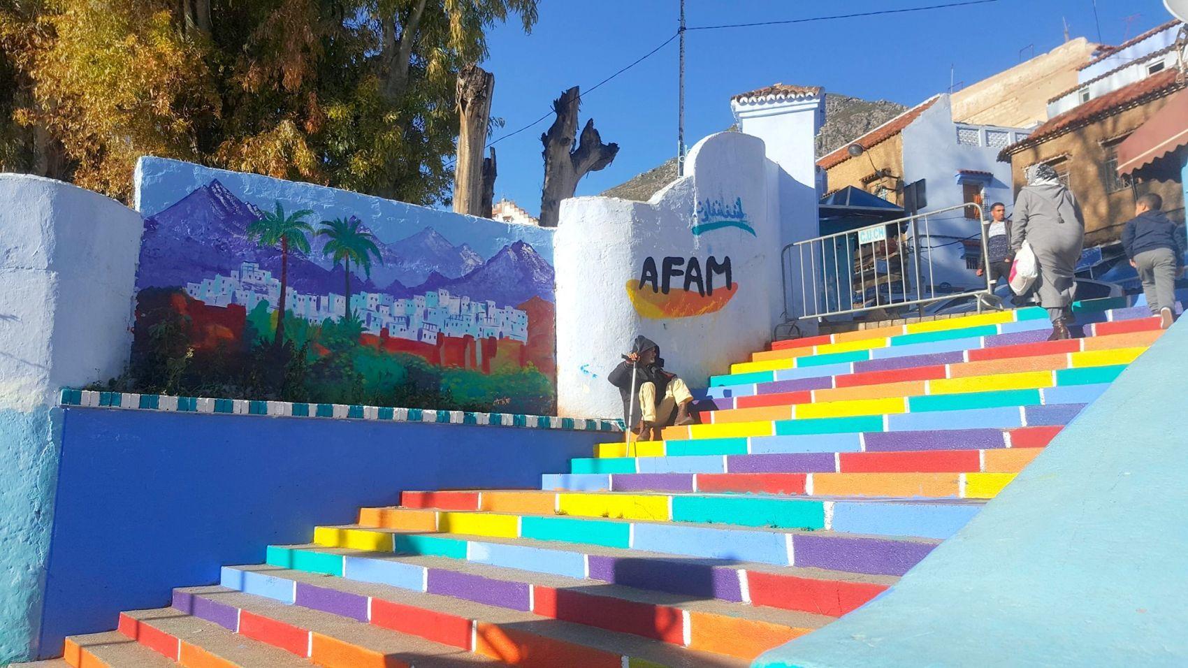 بالصور: ألوان قوس قزح في أزقة شفشاون تثير غضب المحافظين   www.le360.ma