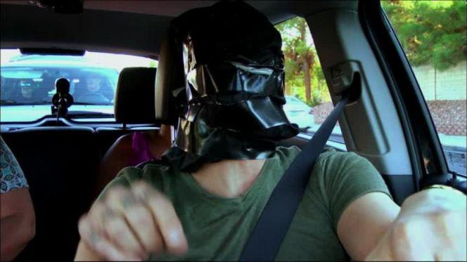 أعمى يسوق سيارة