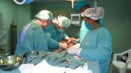 طاقم طبي يجري عملية جراحية