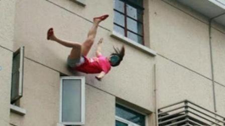 سقوط امرأة من علو
