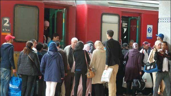 مسافرون عبر القطار