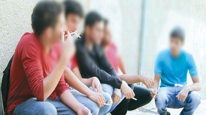 تلاميذ يدخنون