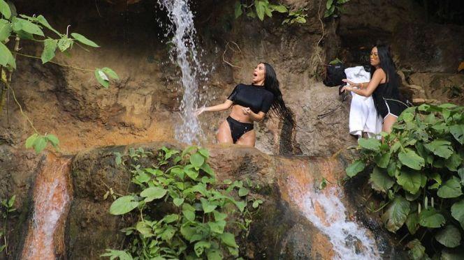بالفيديو : لن تصدقوا ماذا فعلت كيم كاردشيان تحت الشلال