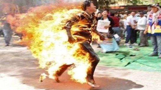 يحرق نفسه