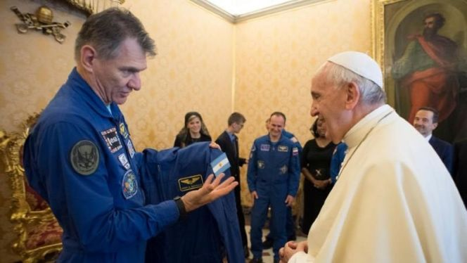 البابا ورائد فضاء