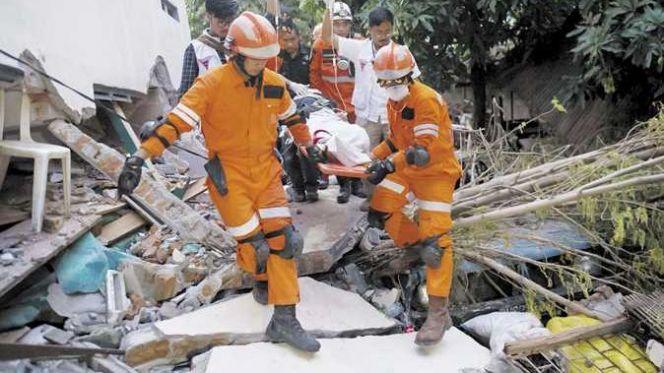 انتشال ضحايا زلزال أندونيسيا