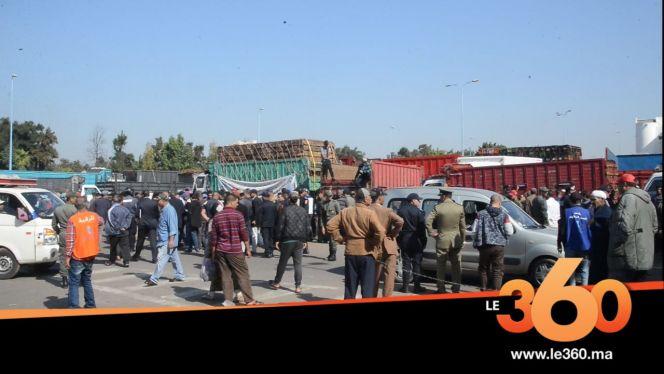 "cover vidéo:Le360.ma •""الطوناج"" يفجر أزمة بين أرباب الشاحنات وإدارة سوق الجملة للخضر والفواكه"