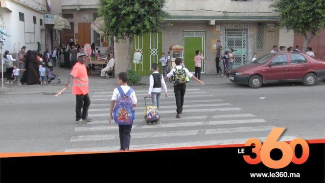 غلاف فيديو - طنجة. مواطن برتبة شرطي لتنظيم مرور تلاميذ مدرسة ابتدائية