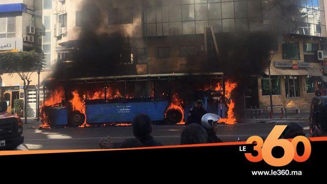 """Cover_Vidéo:Le360.ma • """"طوبيس"""" يتحول إلى حطام بسبب حريق مُهول بالبيضاء"""