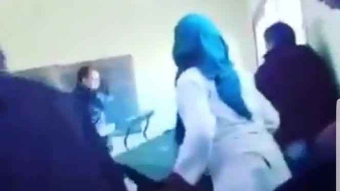 أستاذ يعنف تلميذته