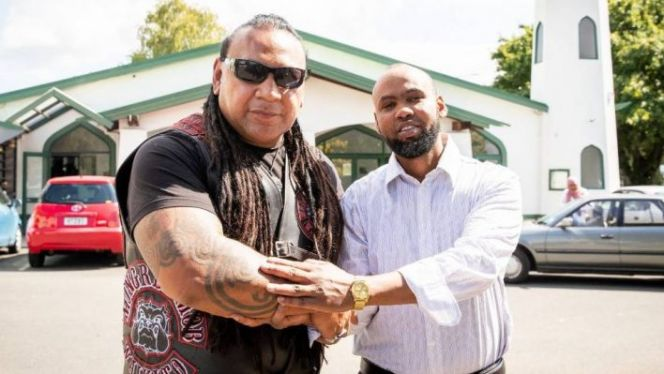 رئيس عصابة نيوزلندي مع مسلم