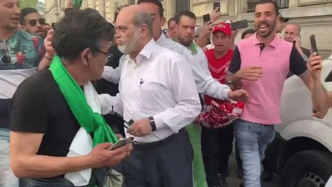 جزائريون يركلون وزيرا