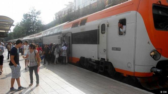 مسافرون عبر قطار