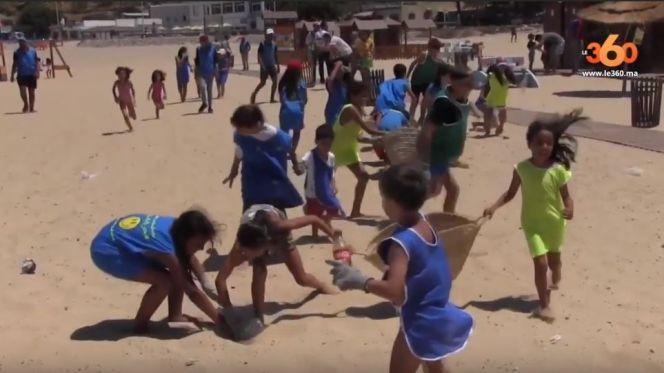 أطفال ينظفون شاطئ طنجة