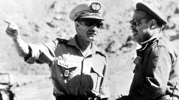 حرب الرمال: صورة نادرة للجنرال المغربي إدريس بنعمر خلال دخوله بشار    www.le360.ma