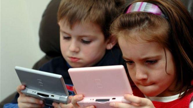 أطفال وشاشات إلكترونية