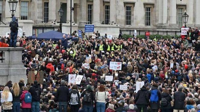 آلاف المحتجين في لندن يتظاهرون ضد قرارات الإغلاق والتباعد الاجتماعي