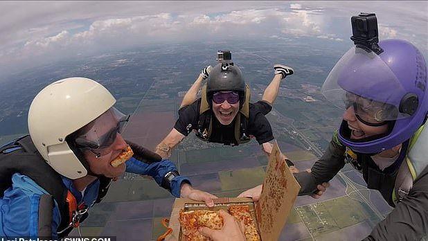أربعة مظليين يتناولون البيتزا في سماء هيوستن