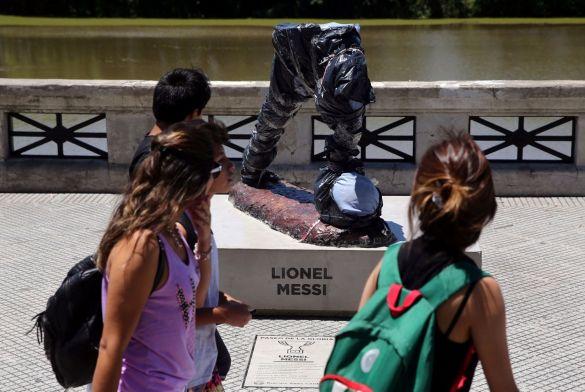 تخريب تمثال ميسي 2