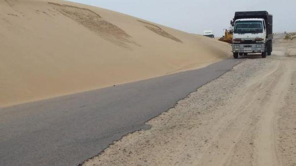 زحف الرمال في الطرق الرابطة بين مدن الصحراء المغربية