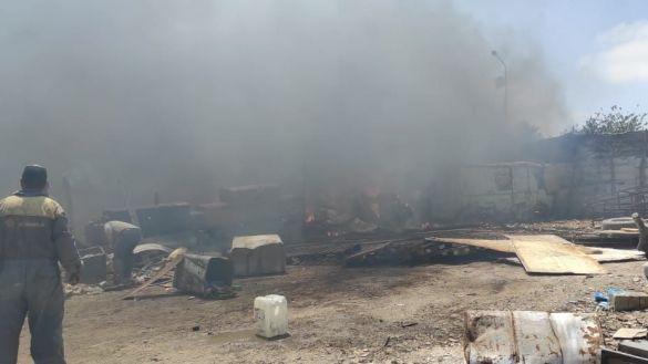 حريق مهول يأتي على مستودع لحافلات النقل بإنزكان