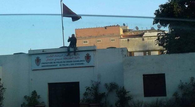 شخص فوق مقر الشرطة