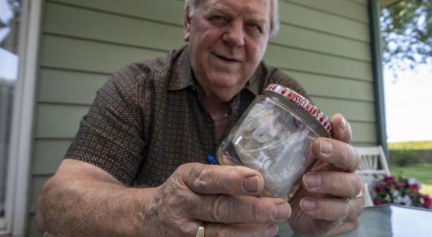 بالصور: أمريكي يحتفظ بنصف شطيرة أكل منها رئيس أمريكي سابق منذ 60 عاما