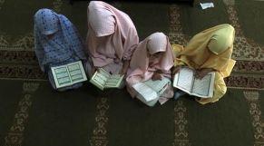 فتيات يتعلمن القرآن