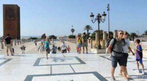 سياح يتجولون قرب صومعة حسان