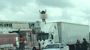 امرأة عارية في الطريق السيار