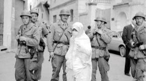 جزائرية وسط جنود