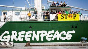 سفينة منظمة السلام الأخضر بميناء طنجة