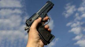 مسدس شرطي يشهر