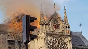بكاتدرائية نوتردام بالعاصمة الفرنسية