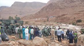 """صورة لحادث انقلاب حافلة لنقل المسافرين جراء فيضان """"واد دمشان"""" بإقليم الرشيدية"""