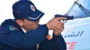 شرطي يطلق النار