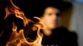 يضرم النار