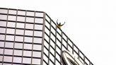 مغامر يتسلق ناطحة سحاب