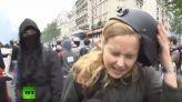 مراسلة صحفية تتعرض للضرب على الهواء