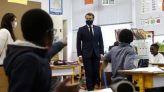الرئيس الفرنسي إيمانويل ماكرون أثناء زيارته لإحدى المدارس