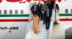 الملك ينزل من الطائرة
