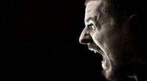 رجل يصرخ