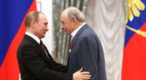 الكاتب والناقد الأدبي الروسي فالنتين كورباتوف برفقة الرئيس الروسي فلاديمير بوتين