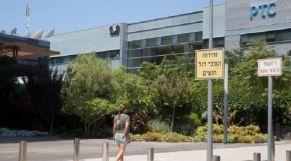 امرأة تمشي أمام المبنى الذي يضم مجموعة NSO الإسرائيلية في هرتسليا، بالقرب من تل أبيب.