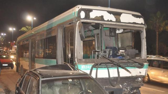 Un bus percute 16 voitures en stationnement2