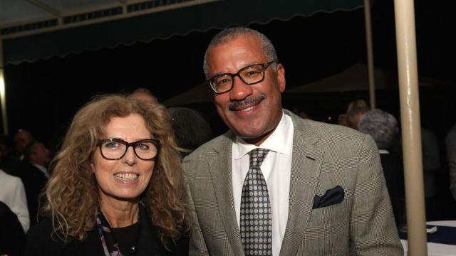 Ahlam Lemseffer,artiste peintre et Dwight Bush, l'ambassadeur des Etats-Unis au Maroc.