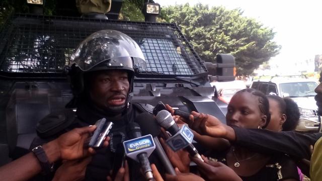 """Guinée: le chef de la police aimerait se battre à """"armes égales"""" contre les manifestants"""