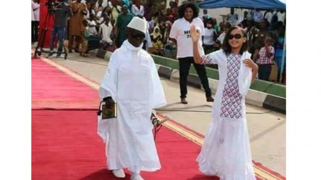 L'image du jour. Mardi gras: deux enfants font sensation en imitant le couple Jammeh