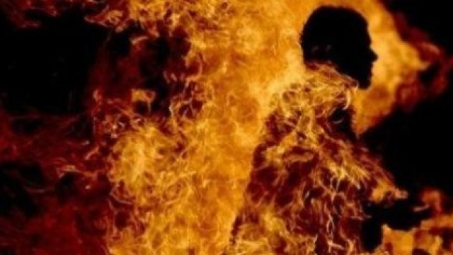 s'immoler